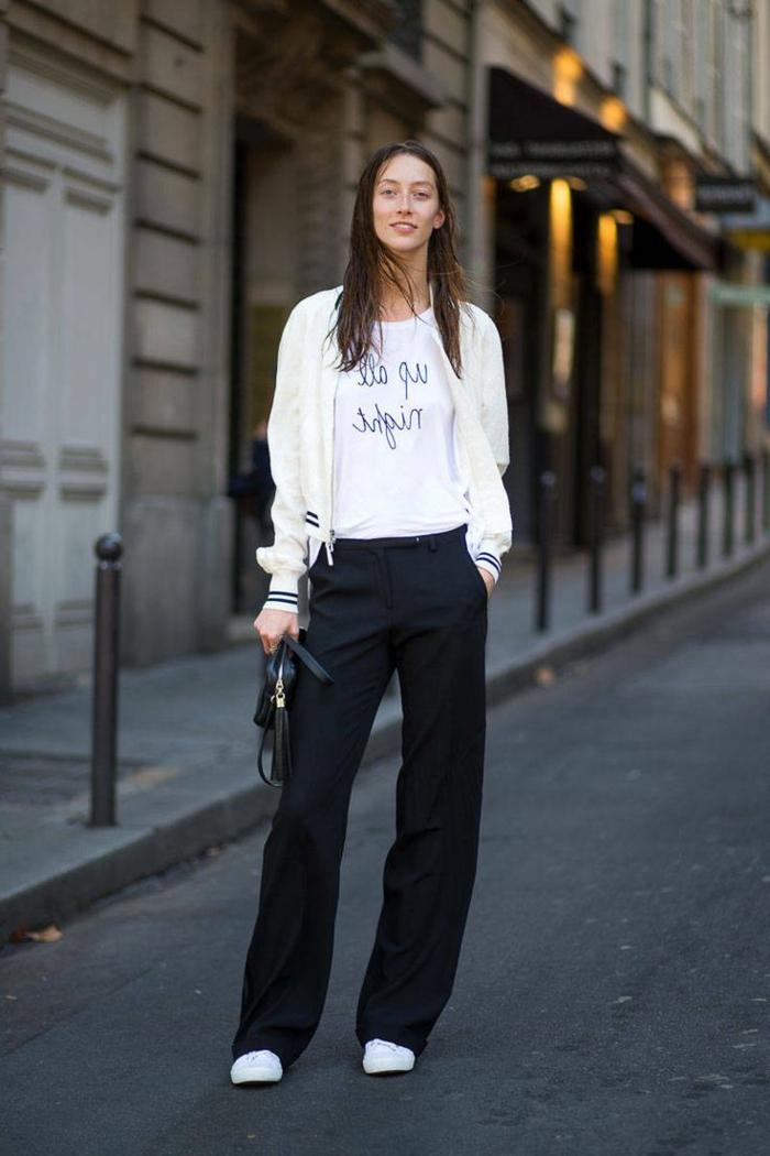 smart casual frau lange hose in schwarz weiße sneakers weißer bomber jacke t-shirt mit print