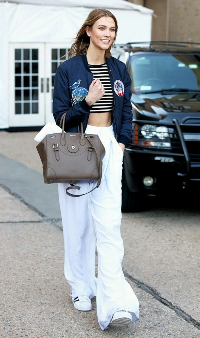 dresscode smart casual karlie kloss lange breite hose in weißer farbe kurzer top tasche lächeln