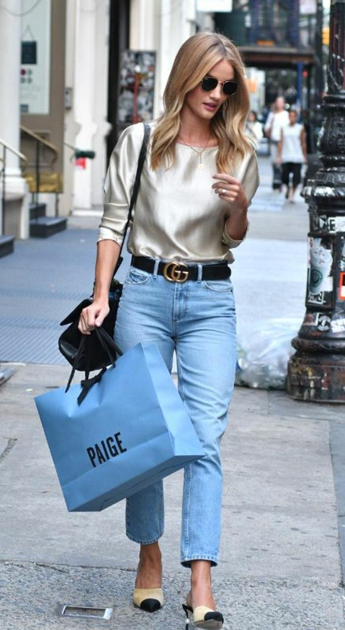 gehobene freizeitkleidung für frauen tolle kombination von alten jeans und bluse aus satin gucci gürtel
