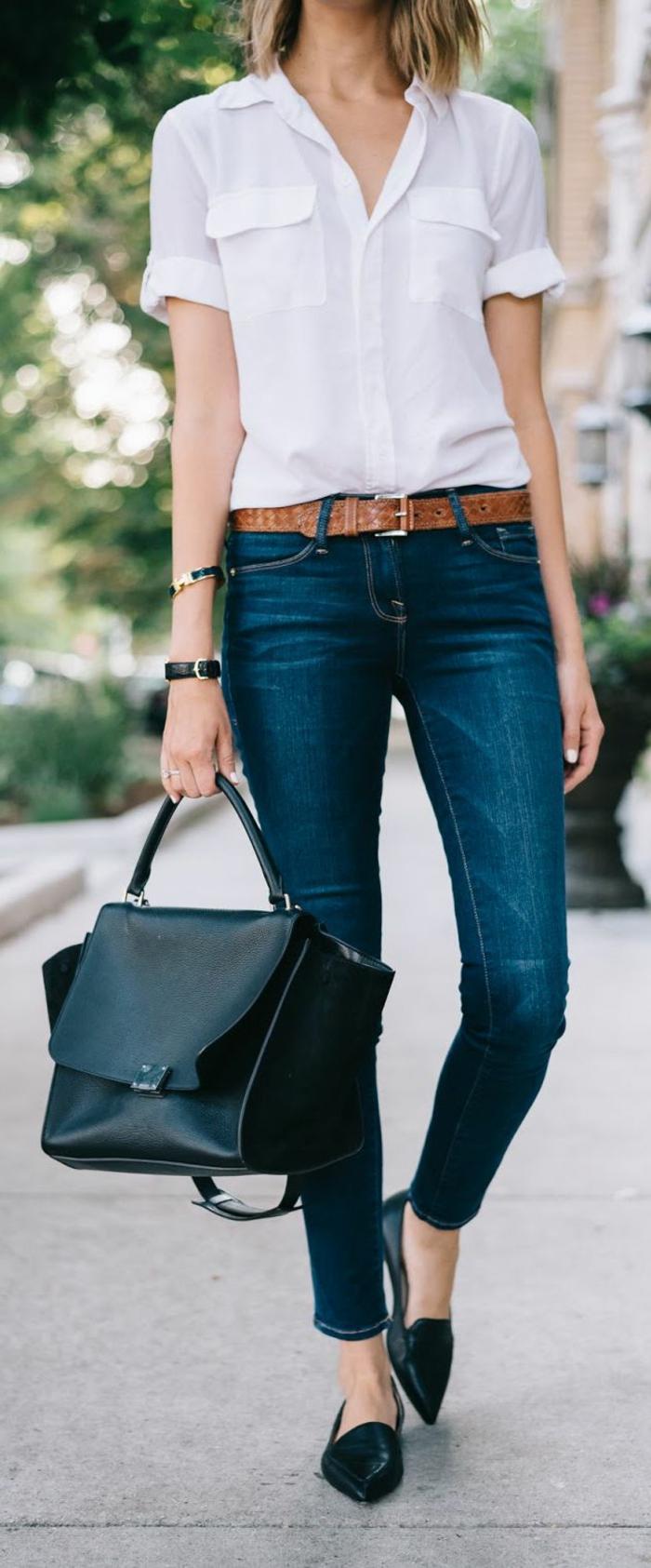 gehobene freizeitkleidung jeans mit braunem gürtel weißes hemd schwarze schuhe tasche frau