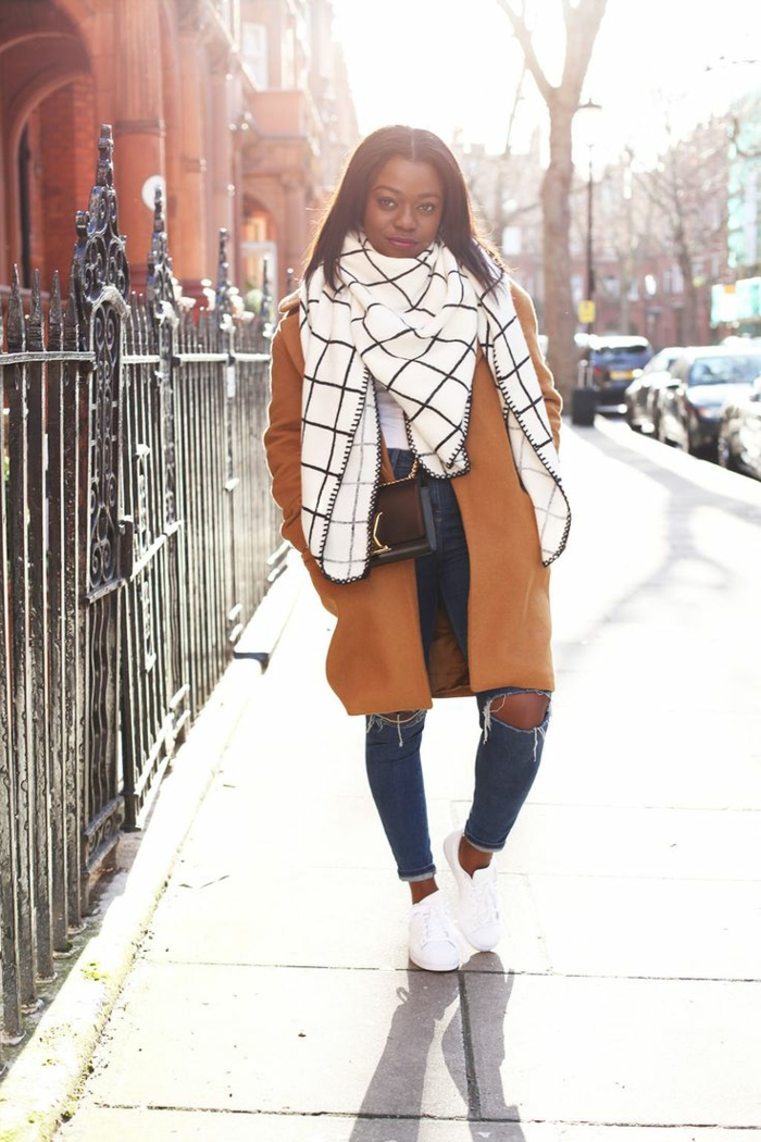 leger kleidung für frauen im winter wintersaison beige mantel schwarz weißer schal jeans sneaker