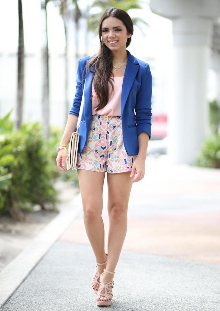 dresscode smart casual modern in blauem blazer und kurze hose bunte prints im sommer