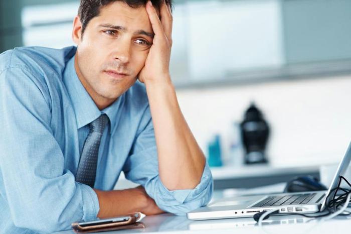 depression ein deprimierter mann bei der arbeit am laptop arbeiten