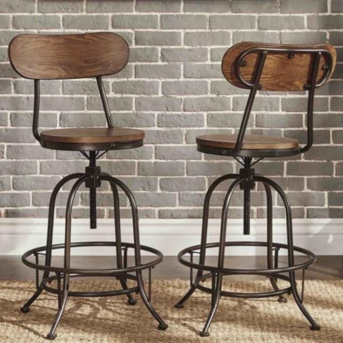stuhl-industrialdesign-sitzfläche-holz-vier-metallbeine-backsteinwand-teppich