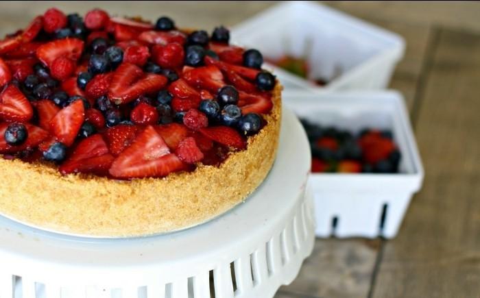 suessigkeiten-die-man-selber-zubereiten-koennte-kuchen-roter-gruetze-kekse-und-fruechte-zu-torte-machen