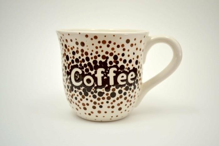 tassen-anmalen-man-mit-einer-aufschrift-koffee-darauf-viele-dotten