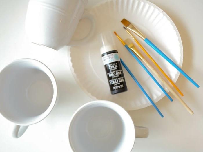 tassen-bemalen-mit-kindern-pinsel-farbe-und-weiße-tassen
