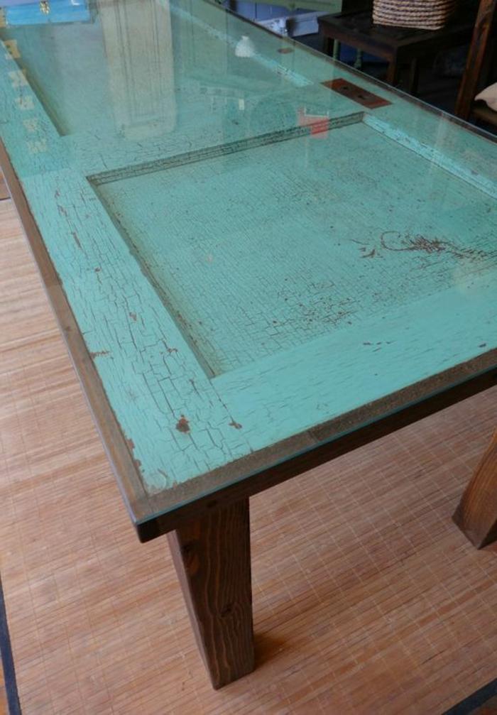 tisch-aus-alter-tür-grüne-mit-einem-glas