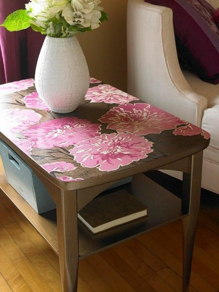 tisch-lackieren-veise-vase-mit-blumen-buch-rosa-blumen-bemalen