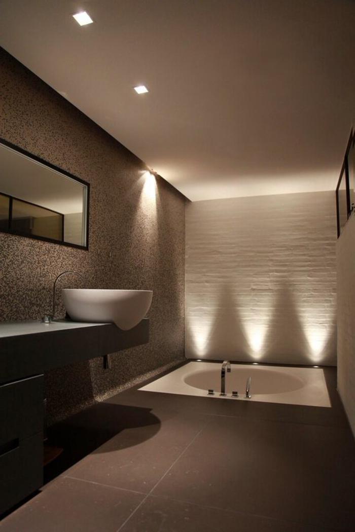 badezimmer in hellbraun mit weißem waschbecken