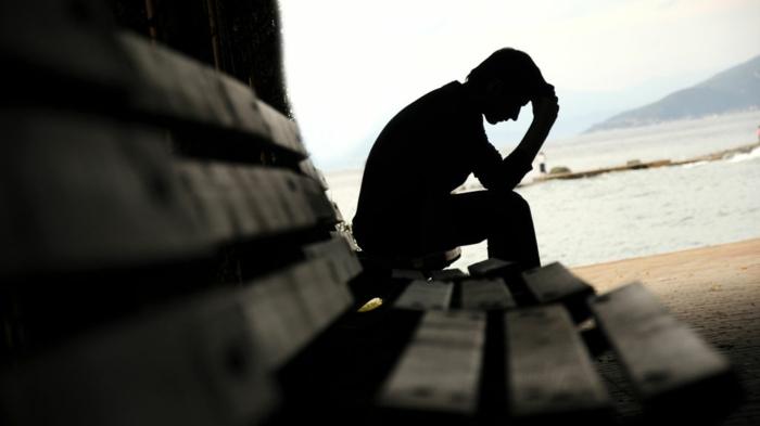 traurige-bilder-einsamer-mann-sitzt-auf-bank