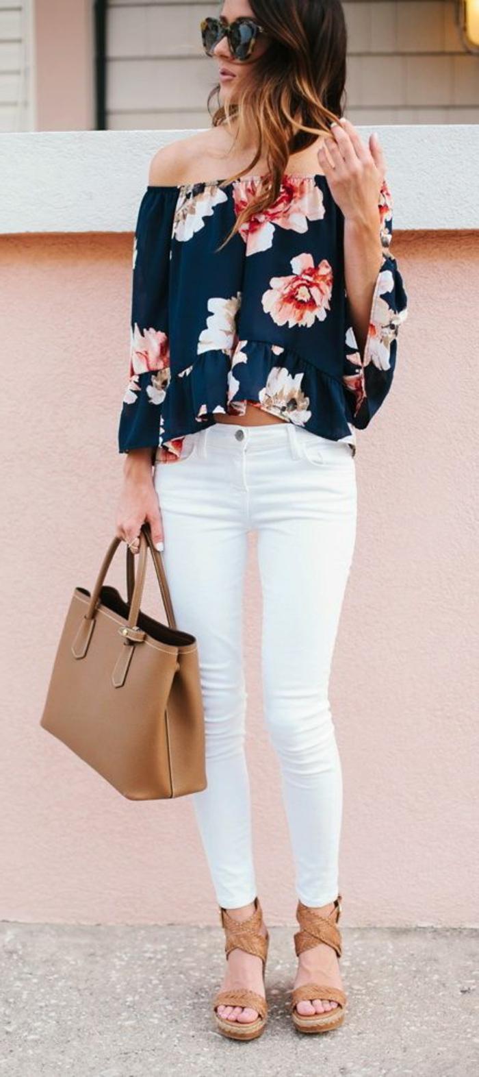 dress code smart casual frau beige tasche und sandalen lockige haare bunte bluse blumen