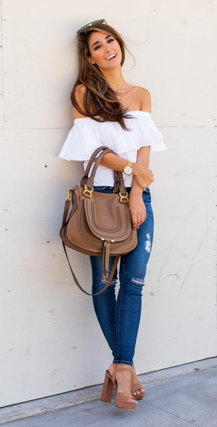 smart casual dress code jeans braune tasche sandalen weiße bluse brille lächeln