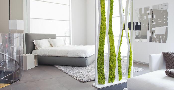 optische Raumtrennung mit Moos für das Schlafzimmer