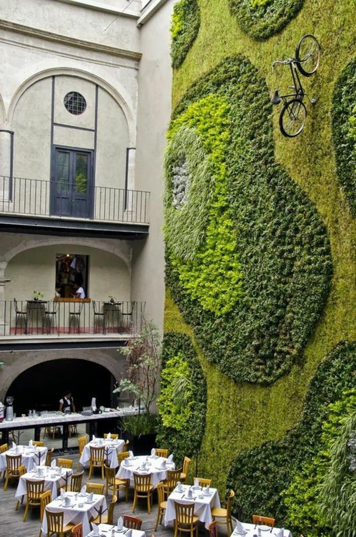 ein Restaurant mit einer ganzen Wand voller Moos