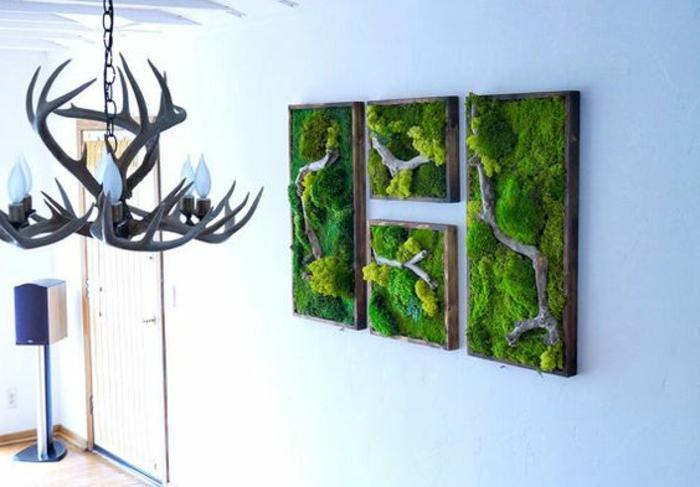 eine Moos-Collage, die im Flur hängt
