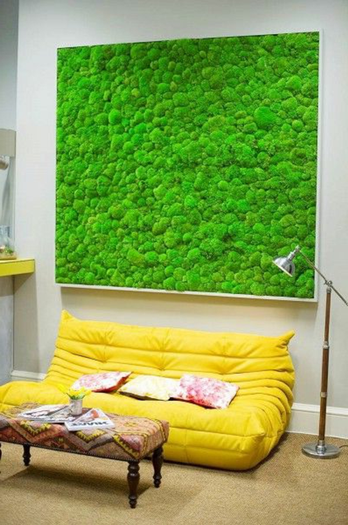ein super grünes Moosbild, das an der Wand im Wohnzimmer hängt