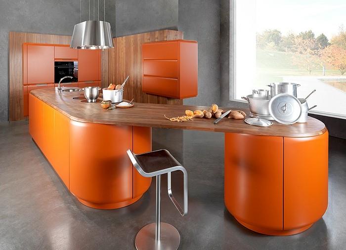 wäde-streichen-grau-küchenboden-grau-metallstuhl-kochinsel-orange-holzwand-abzugshaube-tischplatte-holz