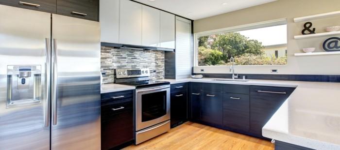 wände-streichen-beige-küchenfronten-schwarz-griff-laminatboden-weiße-küchenregale-küchendeko