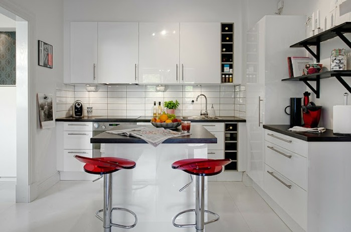 wände-streichen-küche-weiß-küchenrückwand-weiße-fliesen-rote-plastikstühle-schwarze-küchenregale