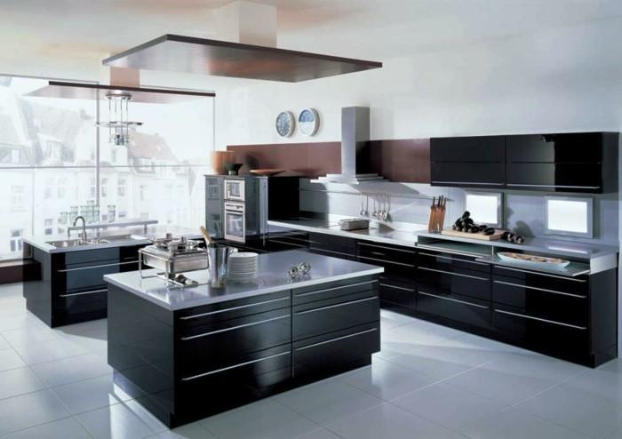wände-streichen-küche-weiß-küchenschranktüren-schwarz-standard-griff-weiße-bodenfliesen-abzugshaube