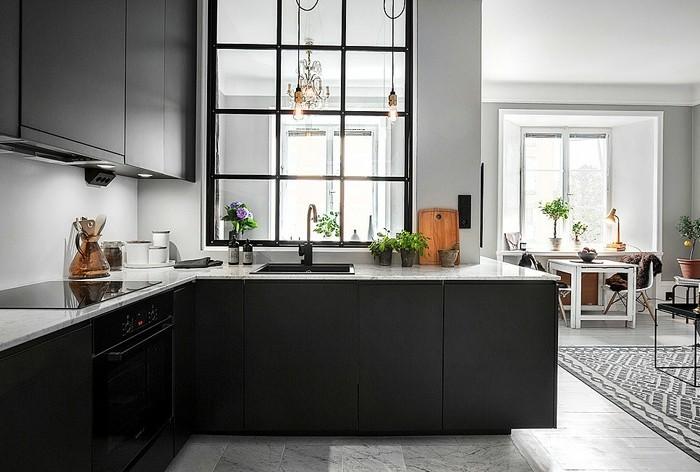 wand-streichen-grau-küche-marmorfliesen-musterteppich-schwarze-schränke-marmorplatte