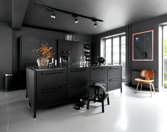 wand-streichen-schwarz-küchenfronten-schwarz-boden-weiß-holzstuhl-wanddeko-indirektes-lich-pflanze