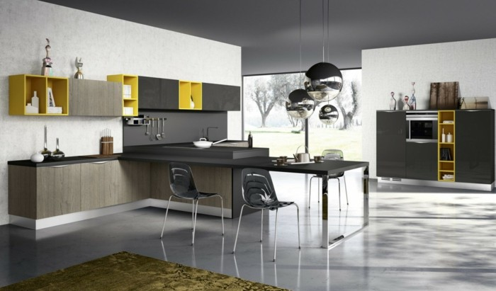 wand-streichen-weiß-küche-graue-decke-schwarze-schränke-gelbe-regale-schwarze-plastikstühle-teppich