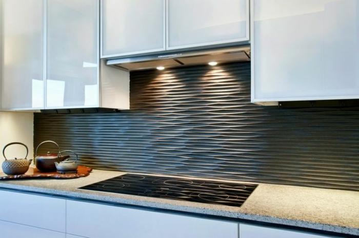 küchengestaltung mit schwarzem wandpaneel mit beleuchtung