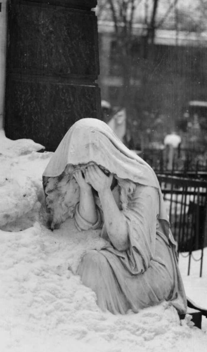weinender-engel-noch-ein-trauriges-bild-in-schwarz-weiß