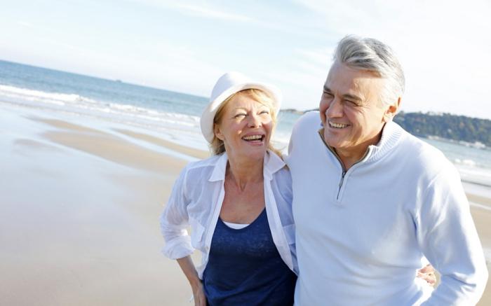 fröhliches altes paar mann und frau genießen urlaub am strand wellness urlaub