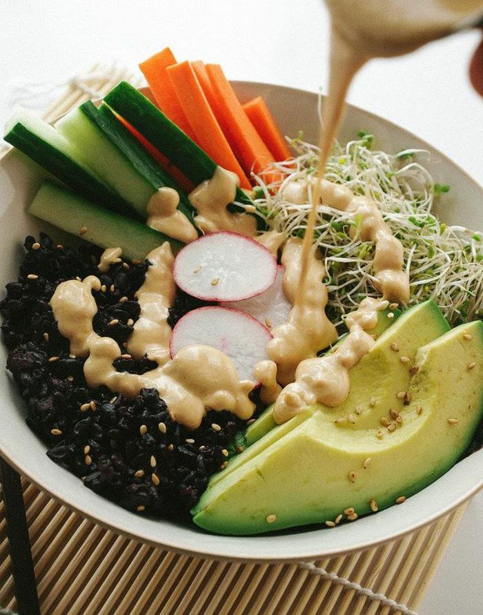 schwarzer reis nährwerte salat reis avokado rübe gurken möhren sojasamen senf-honig-soße gießen