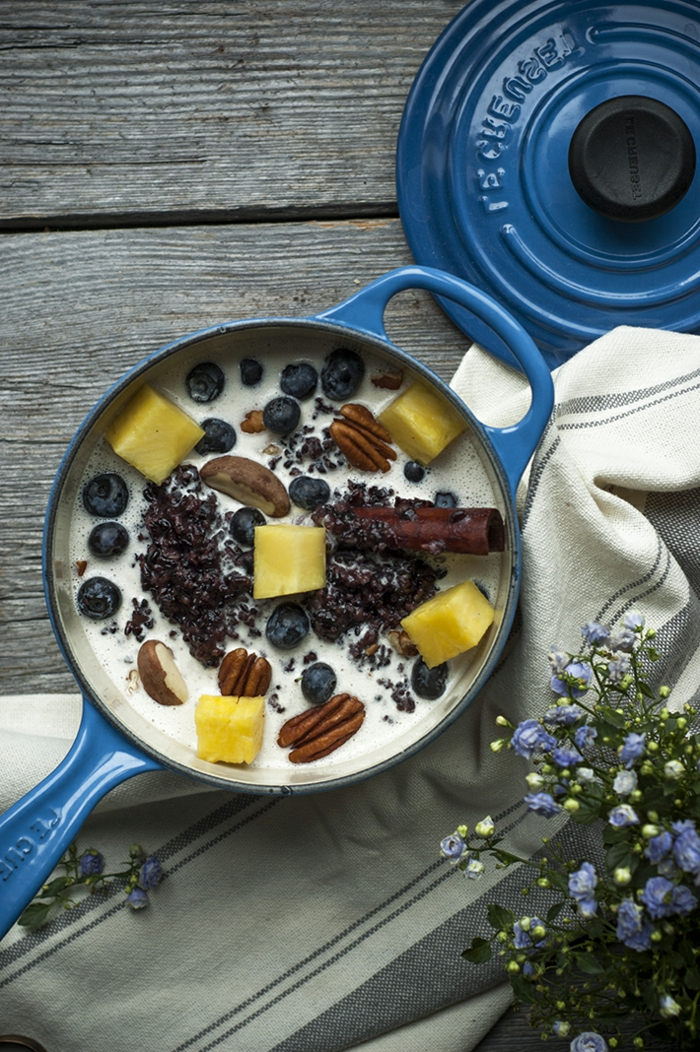 wildreis gesund kokosnussmilchreis mit nüssen blaubeeren mango zimt und kakao schöne vorstellung