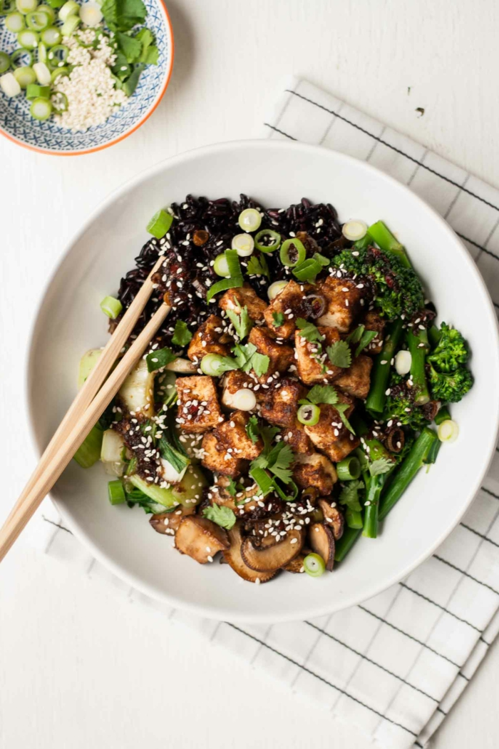 schwarzer klebreis bunte teller gesundheit gesundes essen mit stäbchen essen kochen und genießen