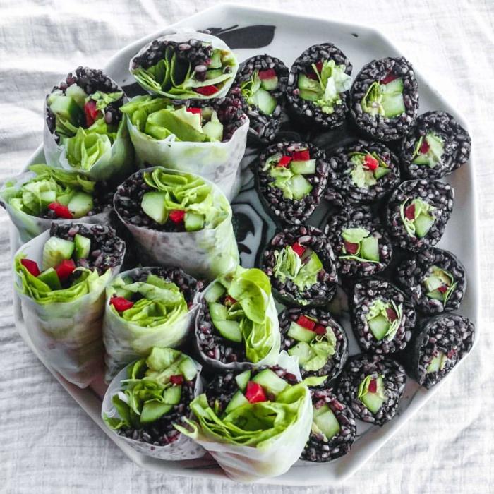 schwarzer klebreis in form von sushi zubereiten grüne gemüse zum zweck verwenden tolle speise