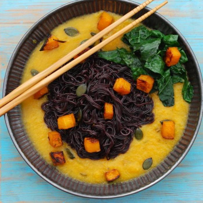 schwarze spagetti aus schwarzer klebreis gestalten und mit exotischer soße zubereiten spinat