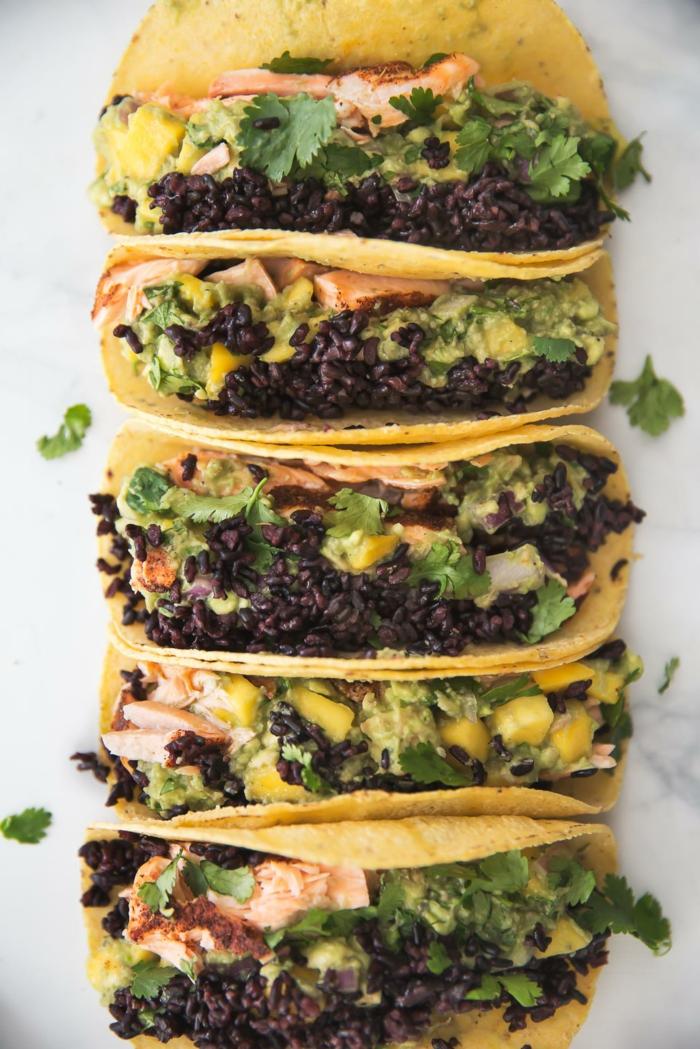 tortillas mit schwarzem klebreis füllen dazu noch brokkoli petersilie senfsoße gurken und andere