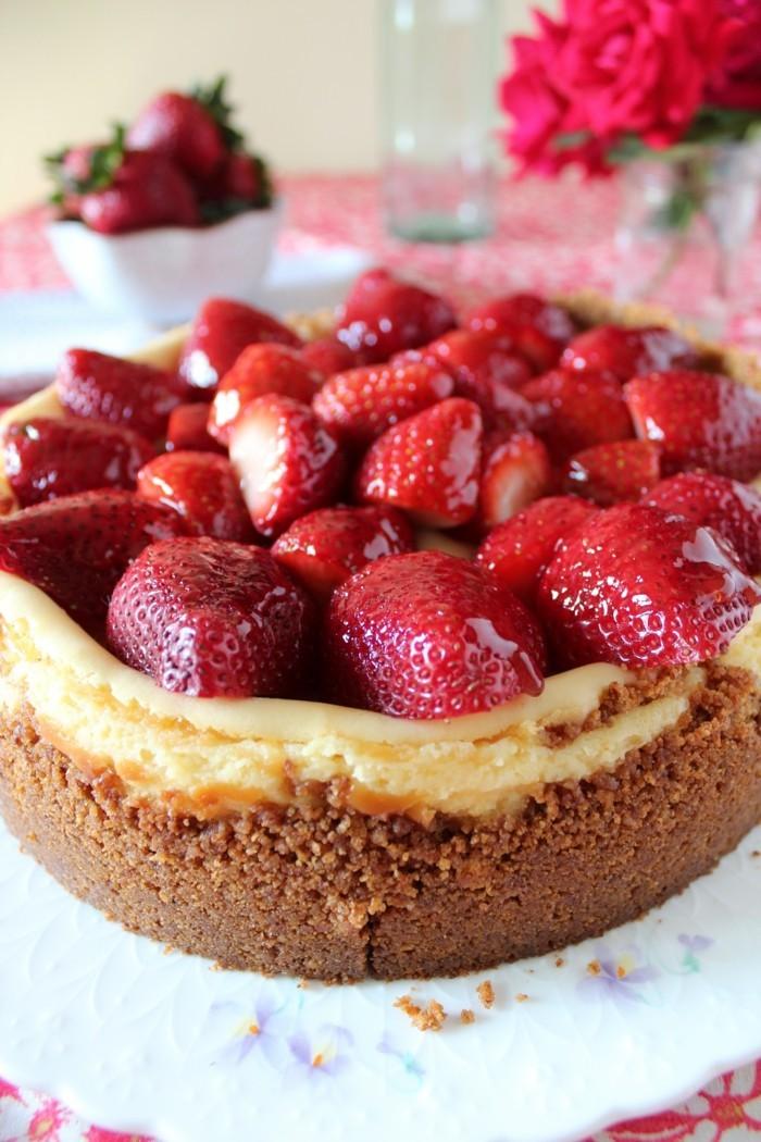windbeuteltorte-mit-roter-gruetze-erdbeeren-eiercreme-kekse-grundlage-kuchen-wie-aus-dem-baeckerei