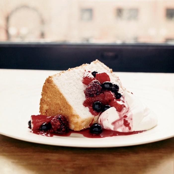 rote-gruetze-kuchen-mit-fuellung-aus-gekochten-fruechten-obstsosse-sahne-creme-serviert