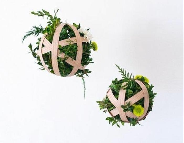 frühlingsdeko basteln, hängende bälle mit grünen pflanzen und zweigen