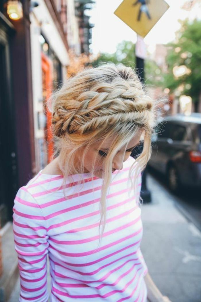 dame mit blonden haaren und schöner flechtfrisur mit großen zöpfen