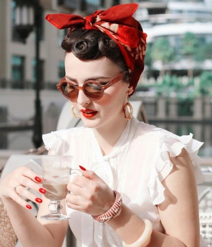 bandana frisuren - hochgesteckte haare, rotes haartuch, weiße bluse, sonnenbrille