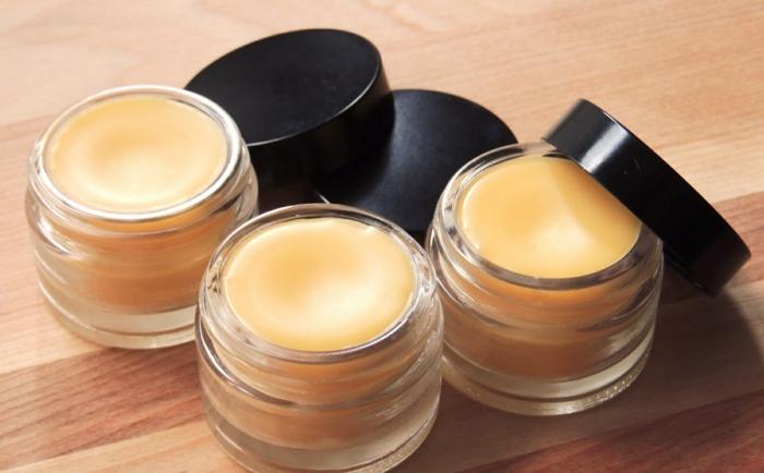 lippenbalsam selber machen, behälter aus glas, schwarze verschlusdeckel