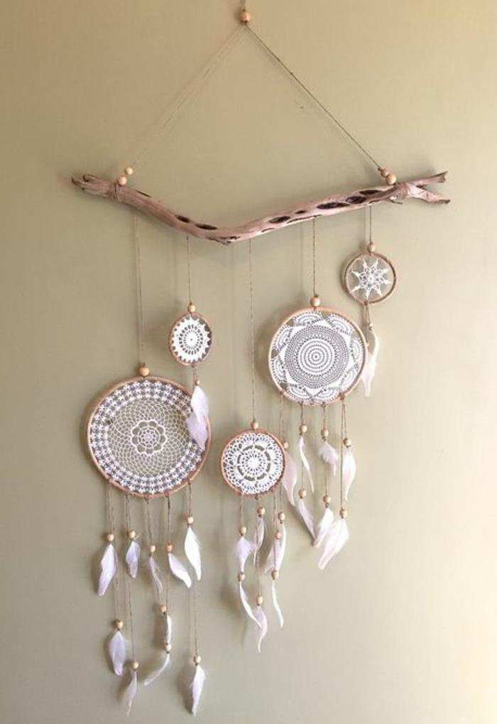 Traumfänger aus echtem Holz mit Broderie-Netz in weißer Farbe