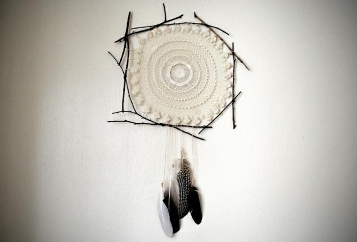 DIY Traumfänger mit kleinen Baumstäbchen, Broderie und weiß gepunkteten Federn