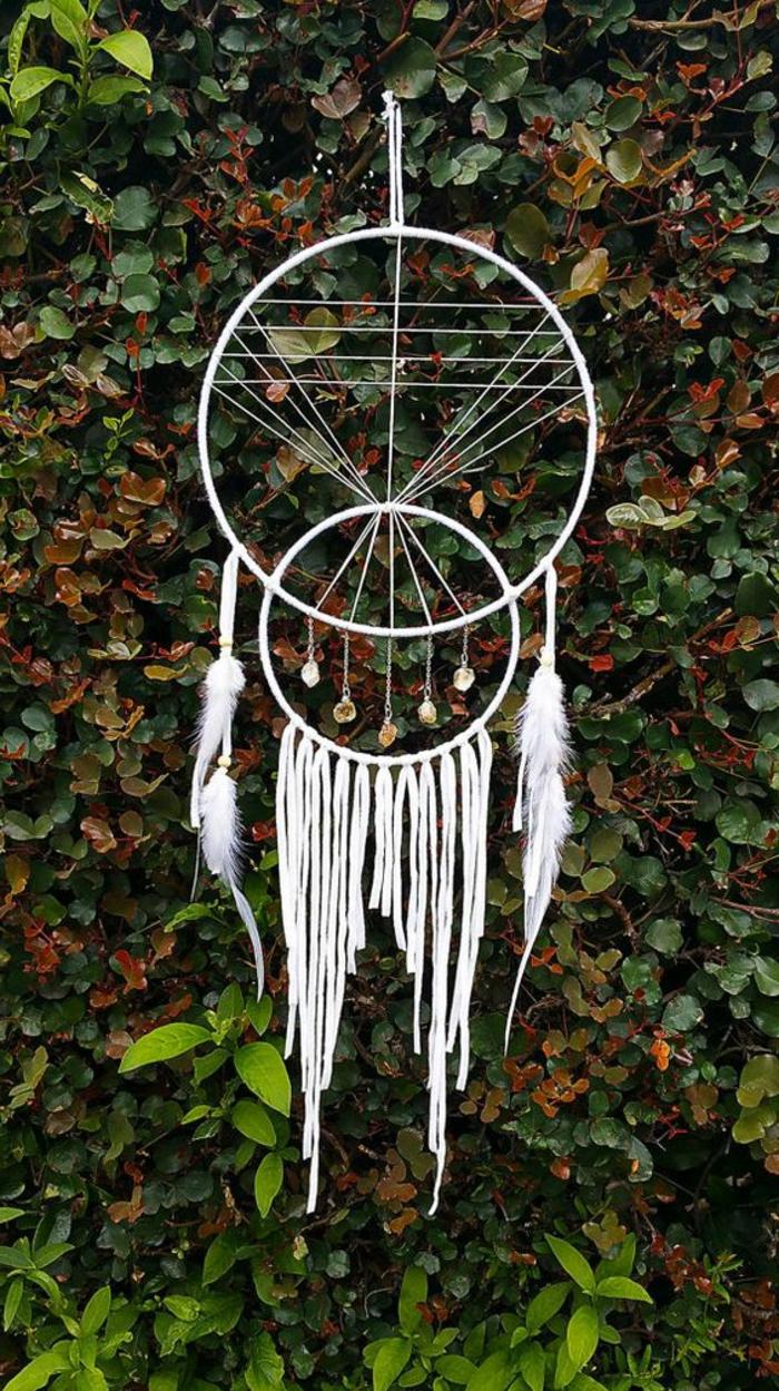 weißer Traumfänger mit zwei Ringen in verschiedener Größe