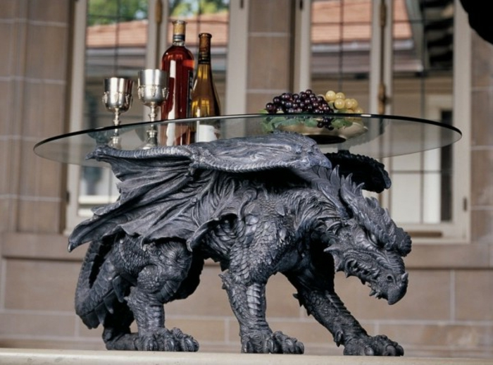 Gothic-Möbel: Beistelltisch mit Drache aus Metall, statt Beine, ovale Tischplatte aus Glas, Wein, Weintrauben