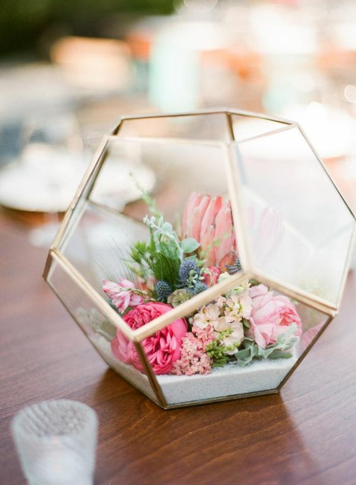 frühlingsdeko basteln, florrarium mit blumen und pflanzen, tischdeko