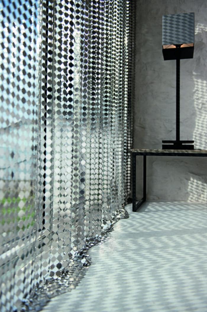 moderne vorhänge aus metall für eine kreative fenstergestaltung