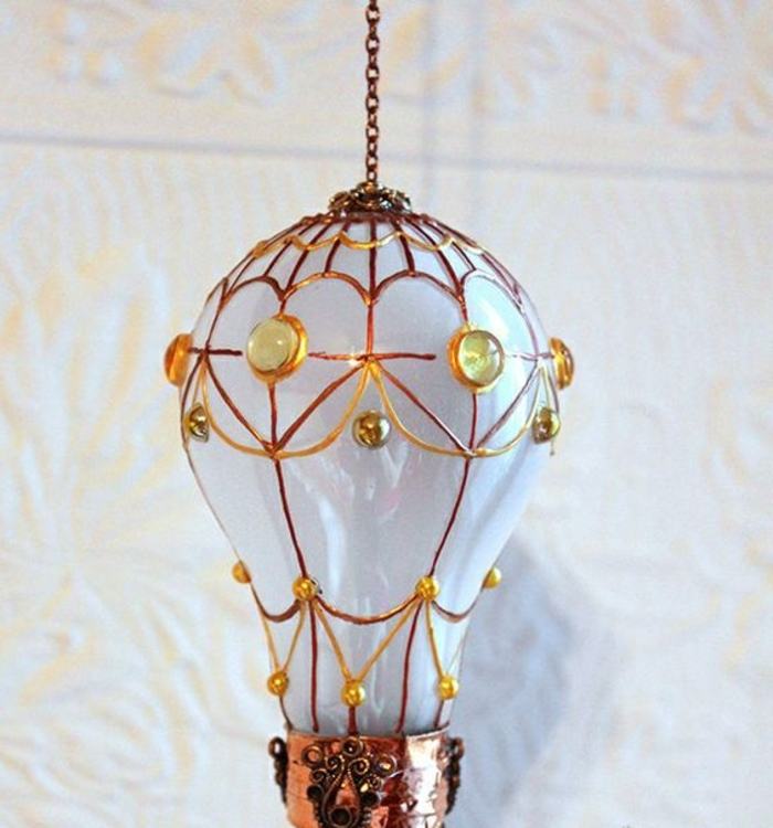 basteln mit glühbirnen, hängende dekoration aus weißer birne mit goldenen elementen